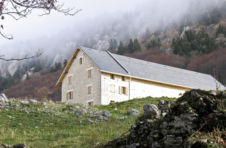 travaux d'architecture sur grande en pierre dans la montagne