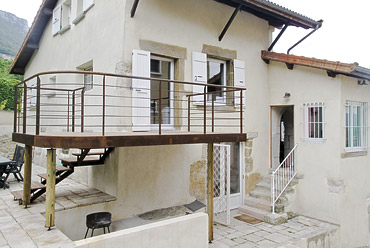 Petite terrasse extérieure suspendue métallique