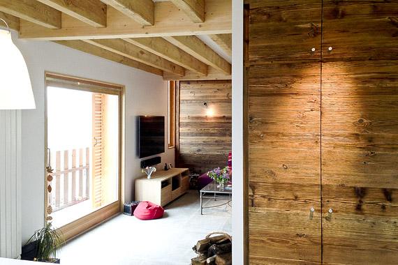salle à manger avec baie vitrée et bois apparent