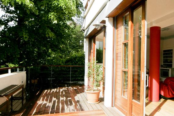 baies vitrées sur terrasse extérieure en bois