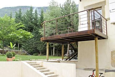 Aménagement extérieur terrasse suspendue bois