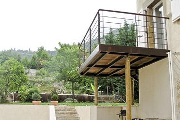 Petite terrasse suspendue en métal et bois