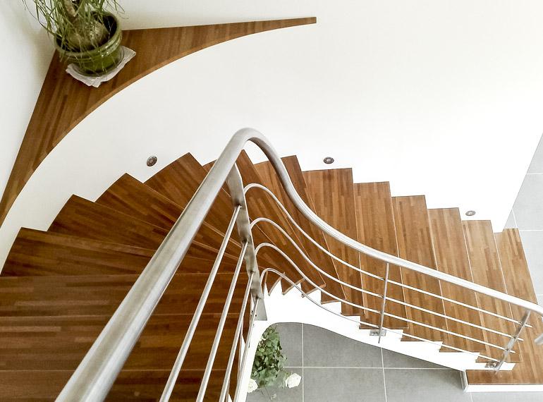 aménagement escalier intérieur bois et blanc