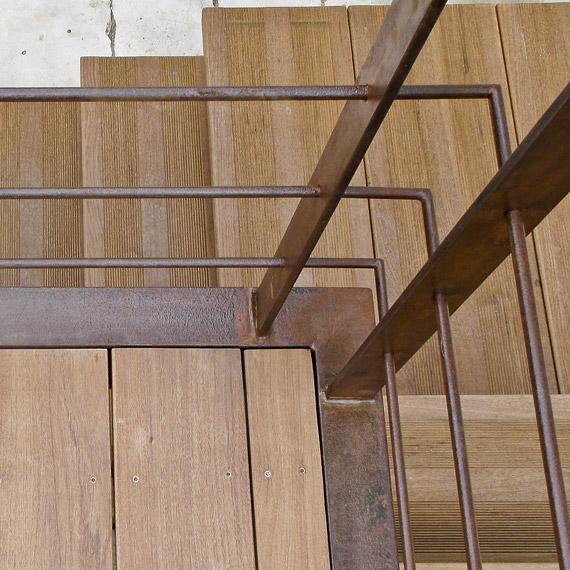 terrasse suspendue en métal avec parquet en bois