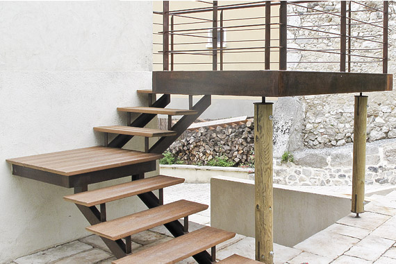 escalier d'angle pour terrasse suspendue métallique