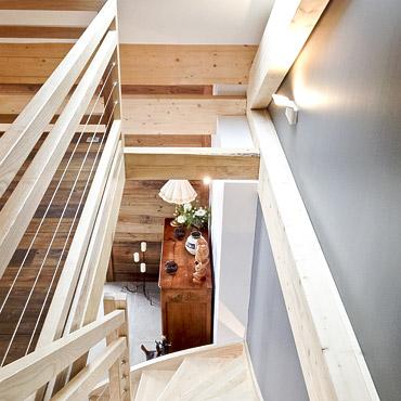 aménagement escalier intérieur en bois et étage