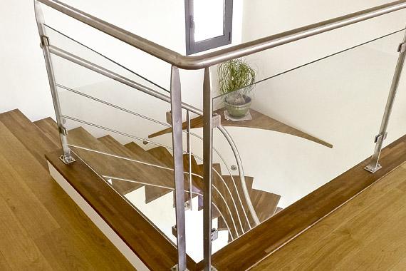garde corps et marches en bois d'escalier d'intérieur