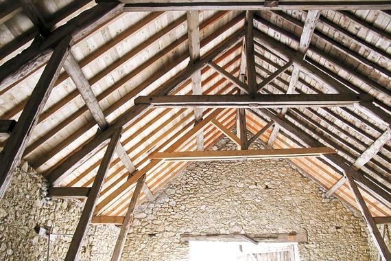 aménagement intérieur dans le vercors d'une grange, pierres et poutres