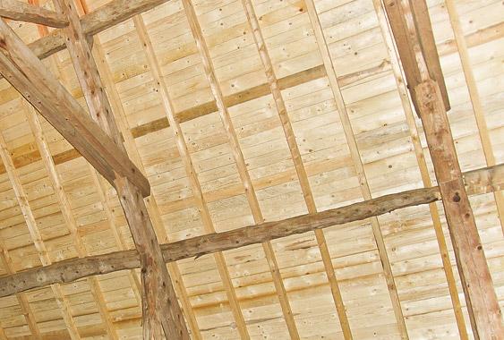 charpente en bois d'une grange dans le vercors