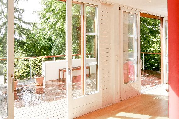 baie vitrée dans le salon et vue terrasse