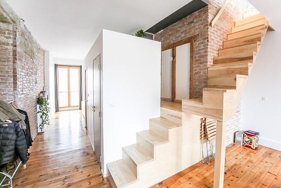 2 escaliers en bois et aménagement intérieur