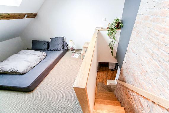 escalier en bois vers chambre