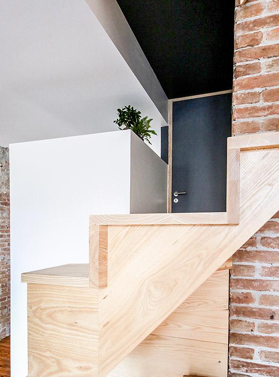 escalier en bois et mur en briques