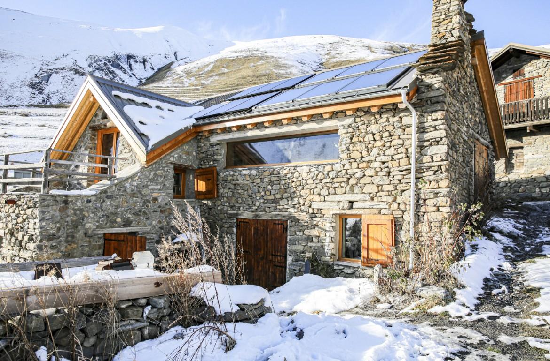 architecture chalet de montagne sous la neige avec panneaux solaires