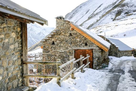 chalet d'alpage en pierres la neige