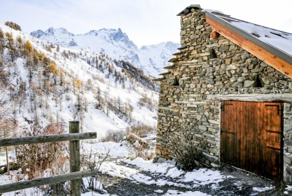 chalet d'alpage sous la neige vue montagne